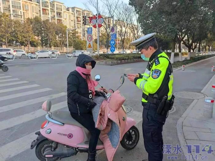 溧水交警持续开展骑乘电动自行车不戴头盔专项整治